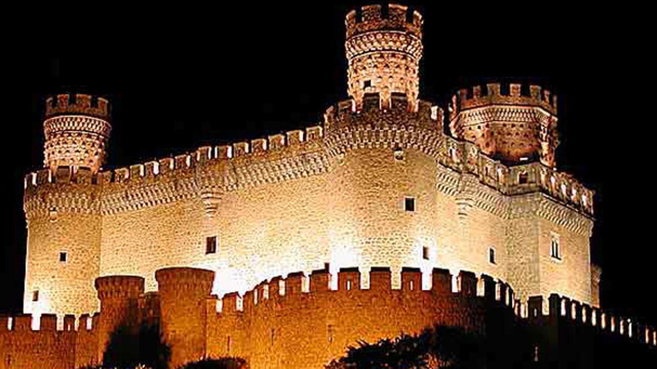 Vista nocturna del castillo de Manzanares el Real