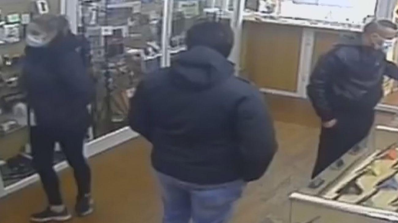 Una pareja roba en una tienda de Móstoles móviles por valor de 840 euros