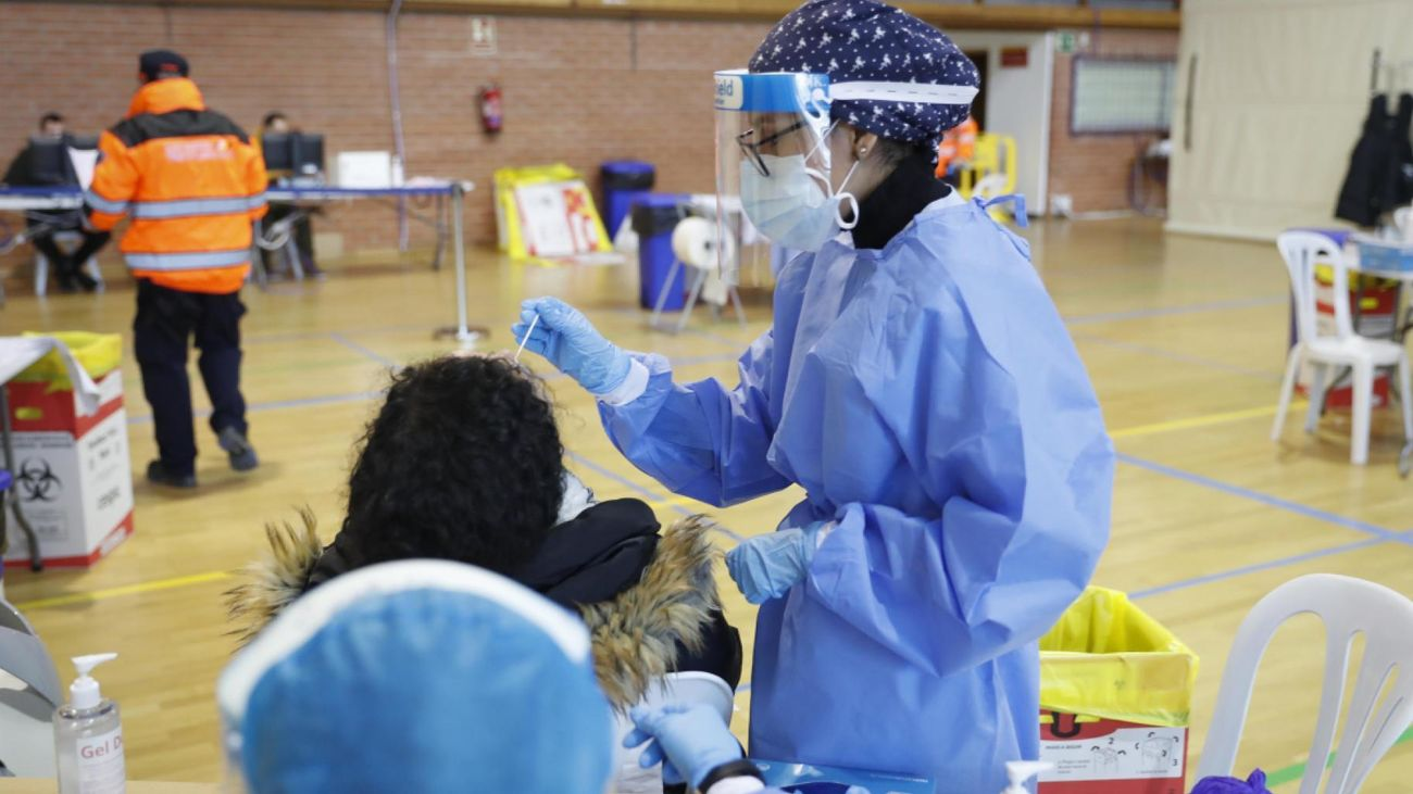 Realización de test de antígenos en un polideportivo público