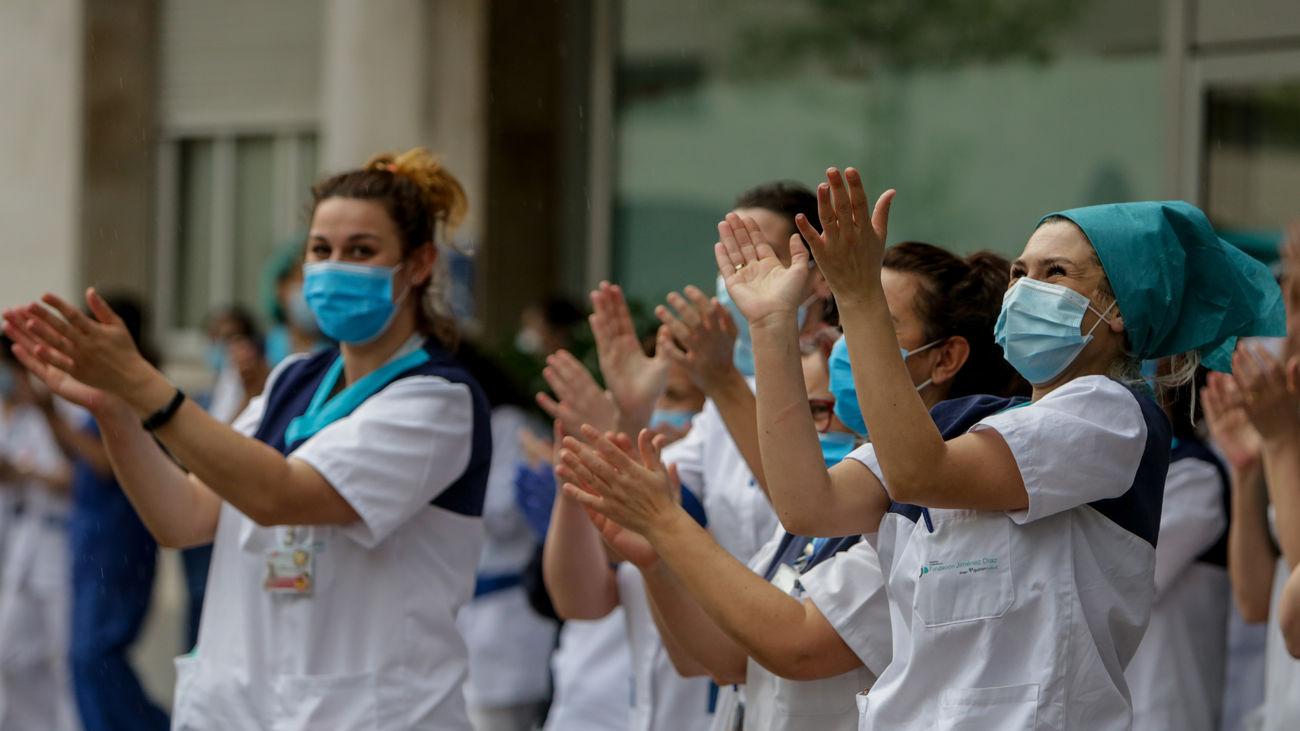 Sanitarios participando en un homenaje en la lucha contra la pandemia