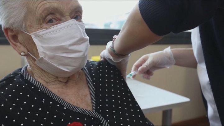 El 95% de los mayores en residencias madrileñas ya han recibido la vacunación completa