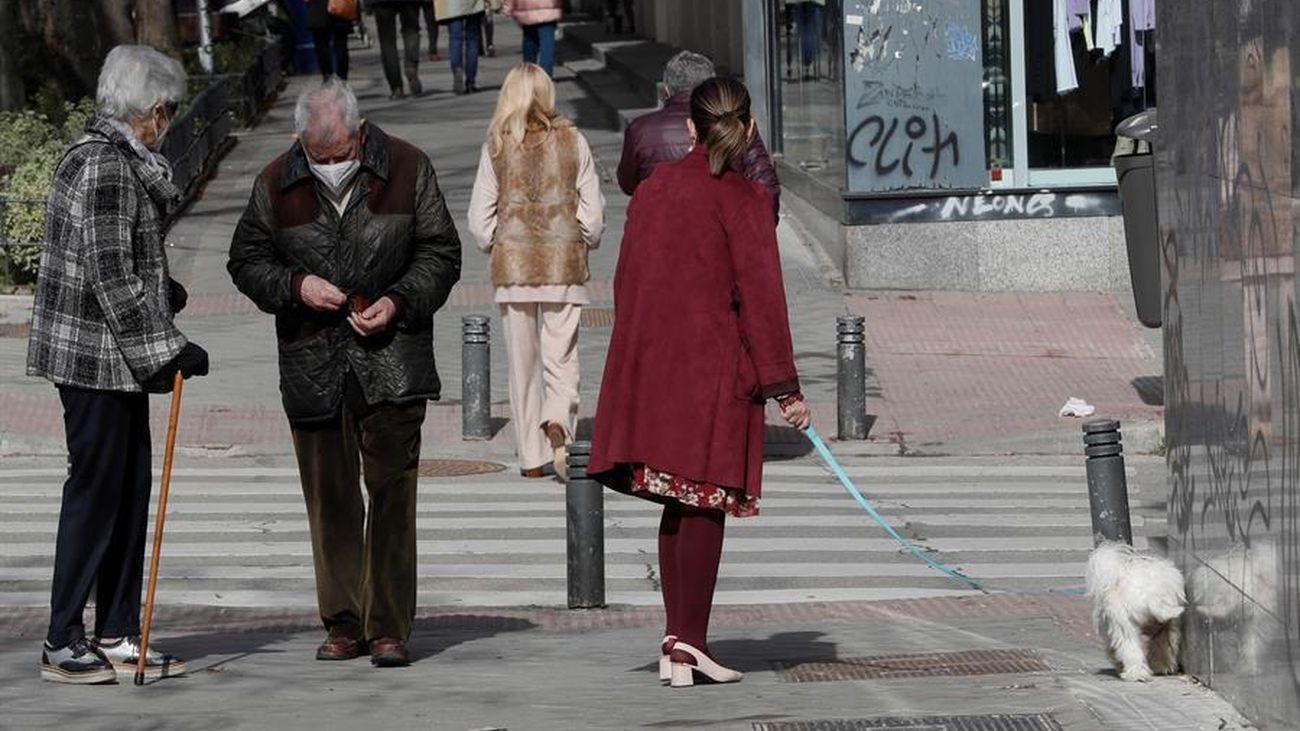Varias personas pasean por Madrid