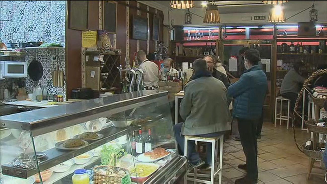 Sanidad estudia cerrar interiores de bares y restaurantes en zonas con una incidencia superior a 150