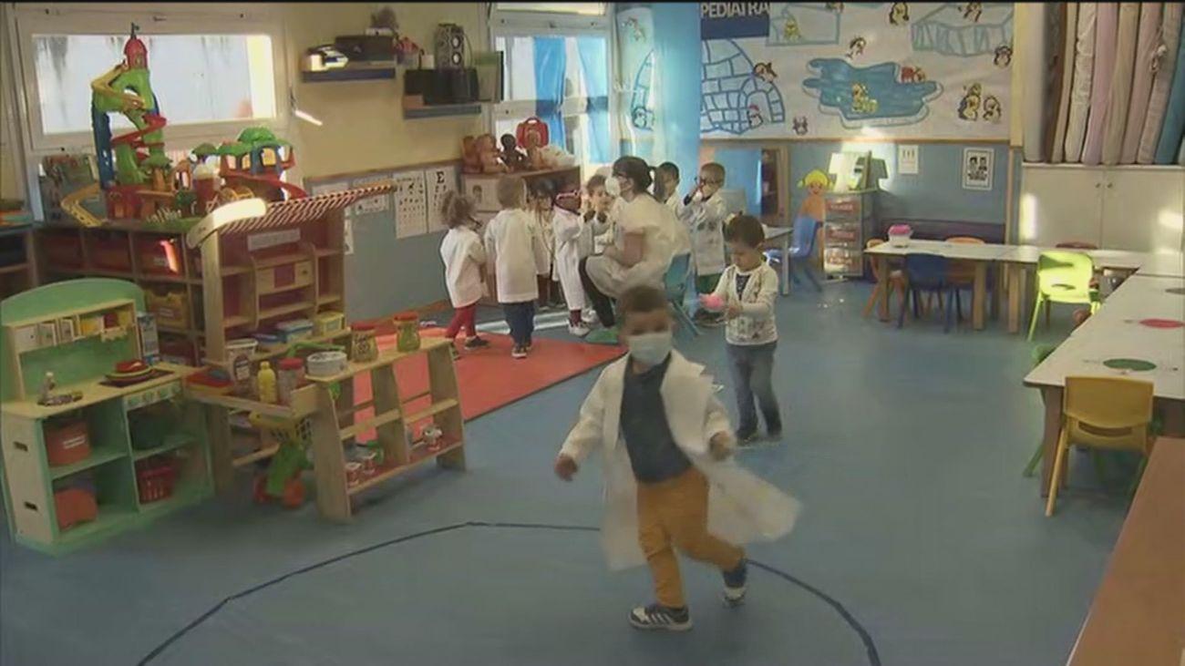 Los 'peques' de una escuela infantil de Fuenlabrada se disfrazan de sanitarios por carnaval
