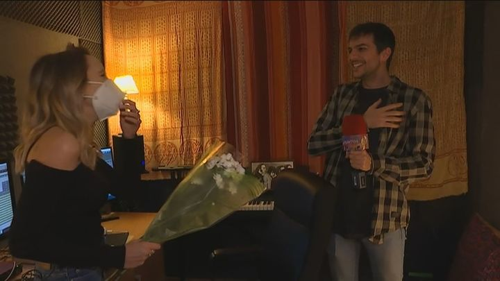 Nuestra reportera Aránzazu le pide matrimonio a su novio Álex en directo