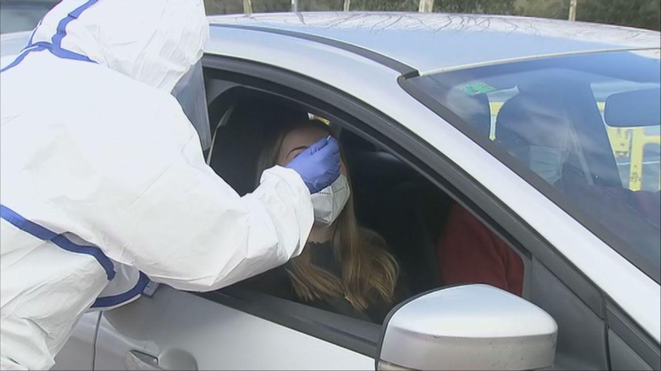 Colmenarejo realiza test de antígenos a jóvenes sin salir del coche