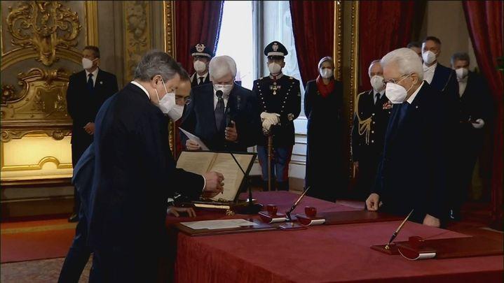 Mario Draghi jura el cargo junto a sus veintitrés ministros para poner fin a la crisis política en Italia