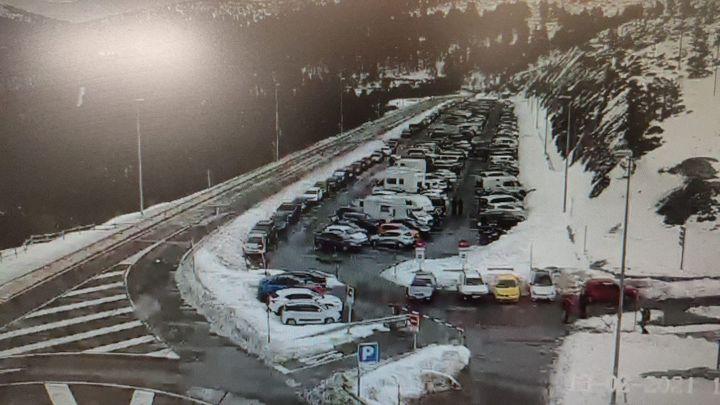 El 112 pide a los madrileños que no accedan a Cotos ni a Navacerrada tras colapsarse sus aparcamientos