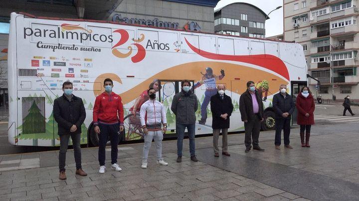 El Bus Paralímpico se suma a la campaña de Fuenlabrada contra la FGTBfobia