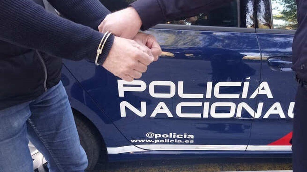 Una persona es detenida por un agente de la Policía Nacional
