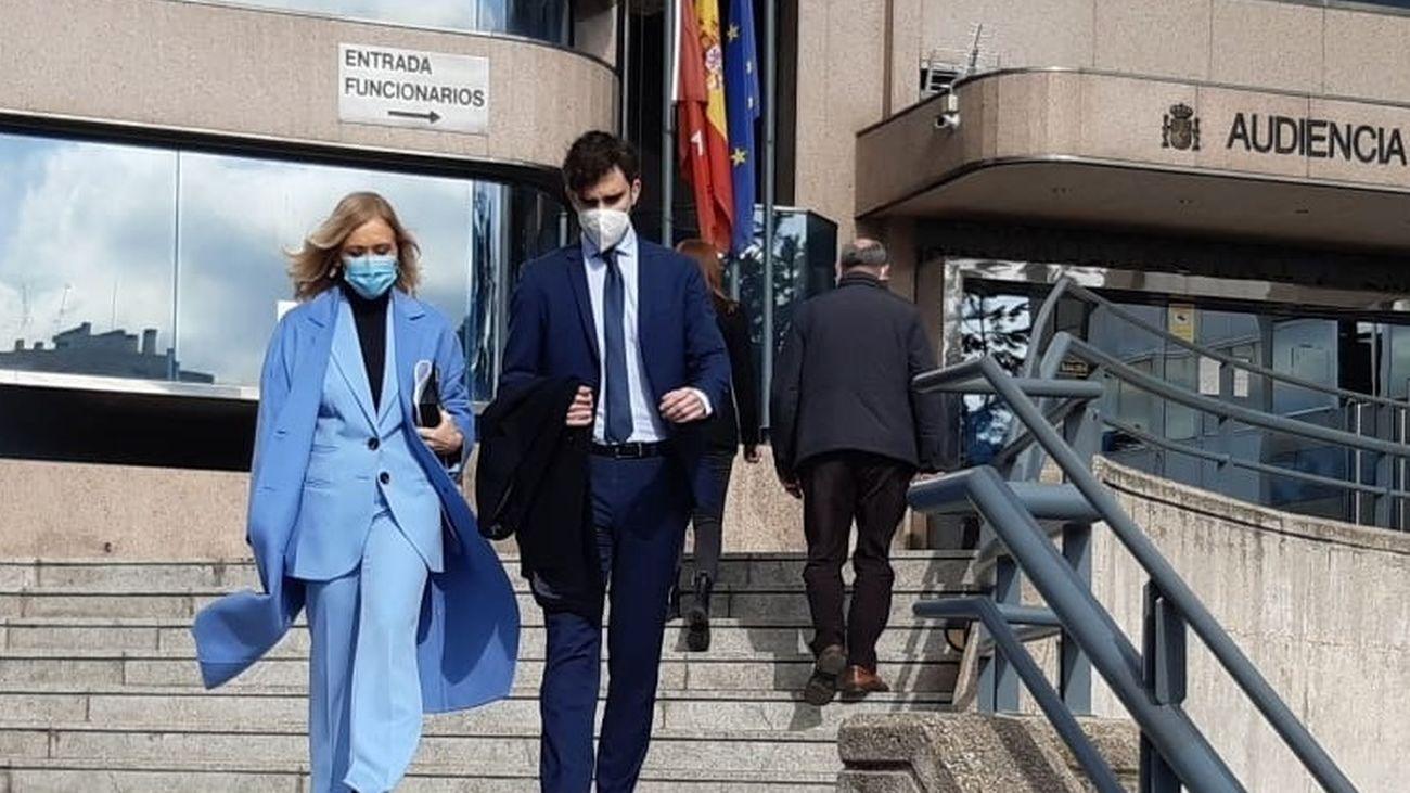 Cristina Cifuentes, acompañada de su hijo, tras recibir la notificación de la sentencia