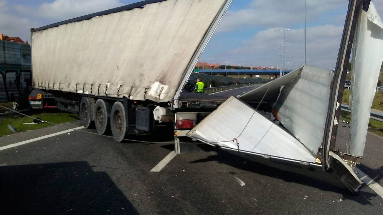 Siete kilómetros de retenciones en la M-50 en sentido A-6 por el accidente de dos camiones