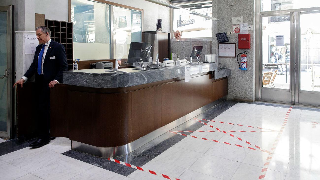 Un trabajador abandona la recepción del Hotel Europa