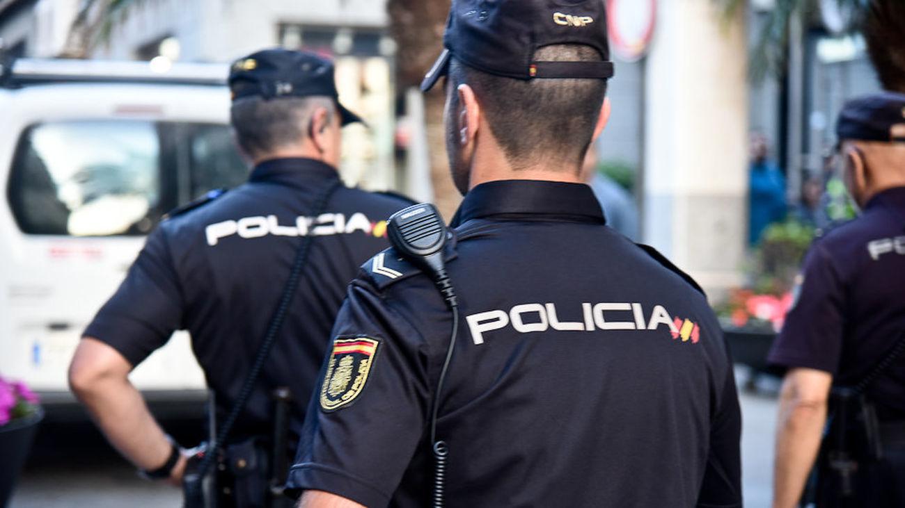 Policías muestran su preocupación tras ser vacunados con un lote retirado de AstraZeneca