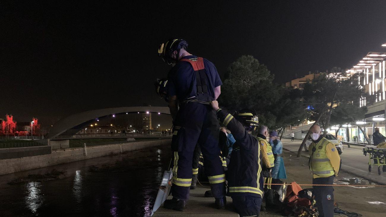 Rescatan a un hombre del rio Manzanares tras caer desde una altura de seis metros
