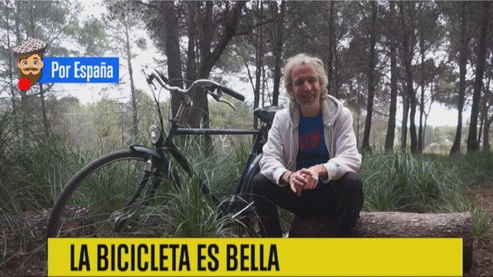 Álex, el 'nómada solidario' que pedalea por causas benéficas