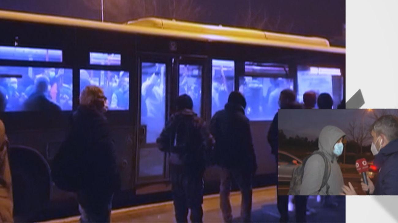 Abarrotados en el trayecto de bus entre Vicálvaro y El Cañaveral