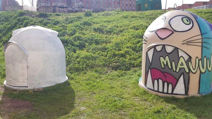 Contenedores viejos de vidrio y papel en Parla... convertidos en refugios y comedores para gatos callejeros