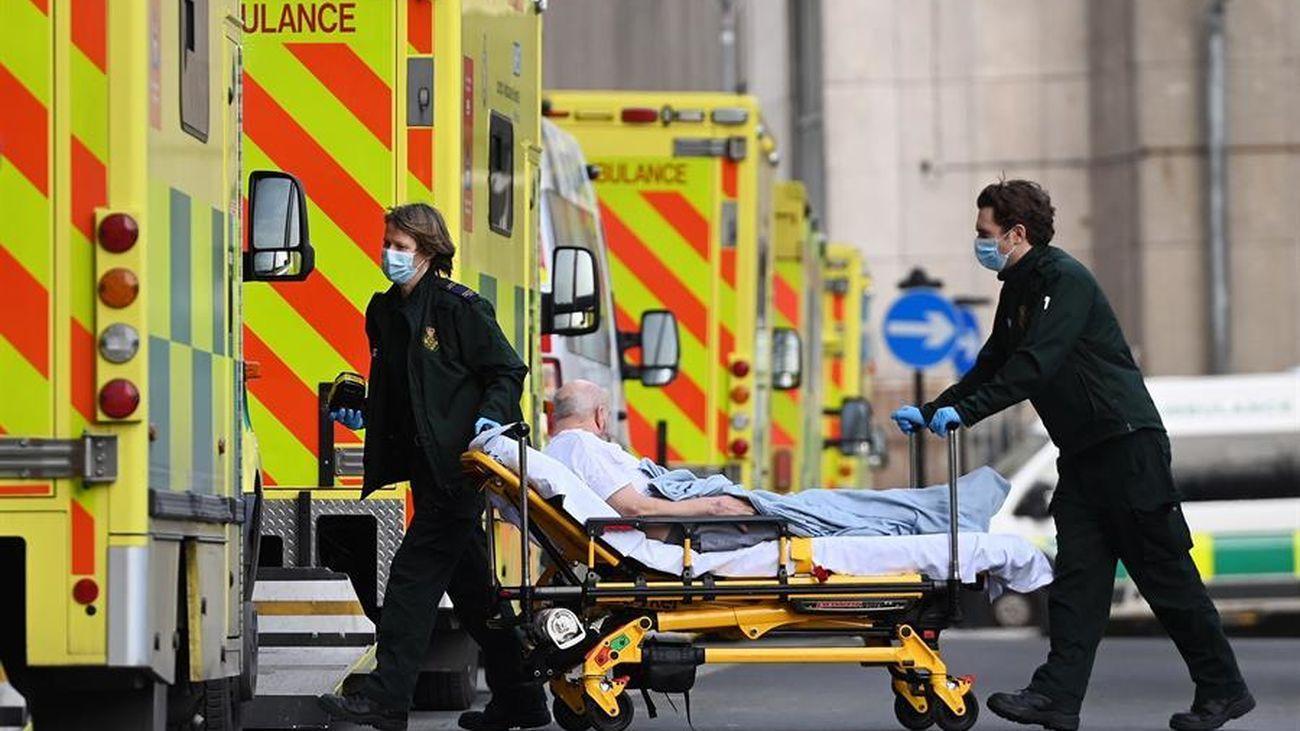 Sanitarios trasladan a un paciente de Covid en Reino Unido