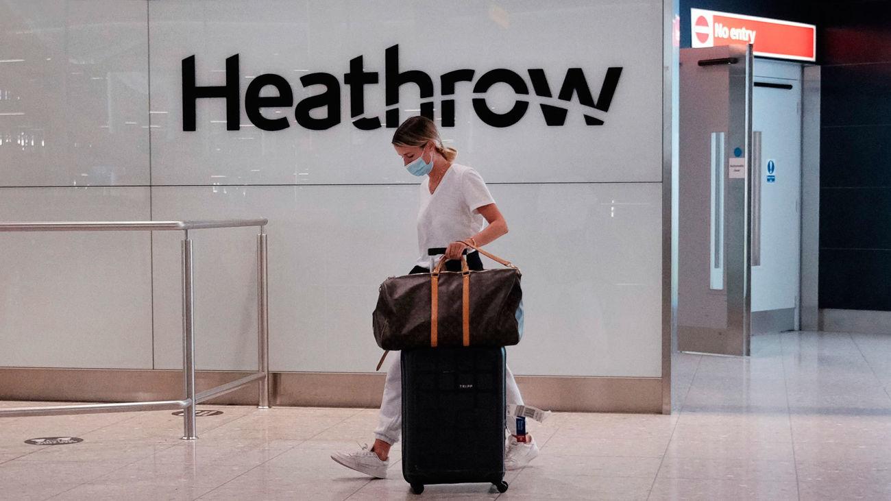 Una pasajera en el aeropuerto de Londres-Heathrow