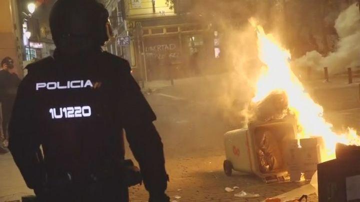 Manifestantes que apoyan a Pablo Hasel prenden fuego a contendores en el centro de Madrid