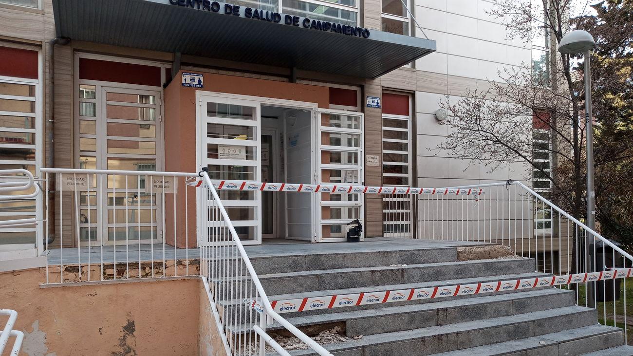 Escaleras precintadas de acceso al centro de salud de Campamento
