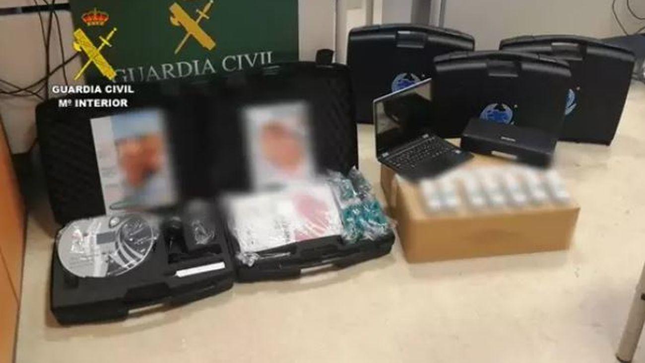Algunos de los aparatos con los que la banda estafaba a ancianos de Madrid