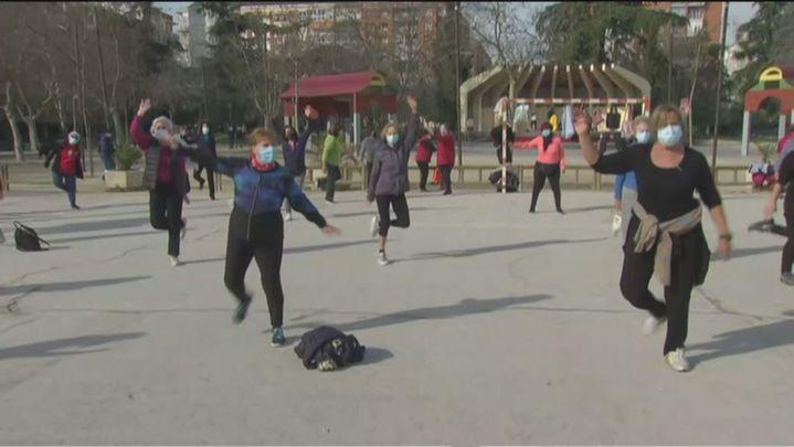Gimnasia en el Parque Berlín para alegría de los mayores de Chamartín
