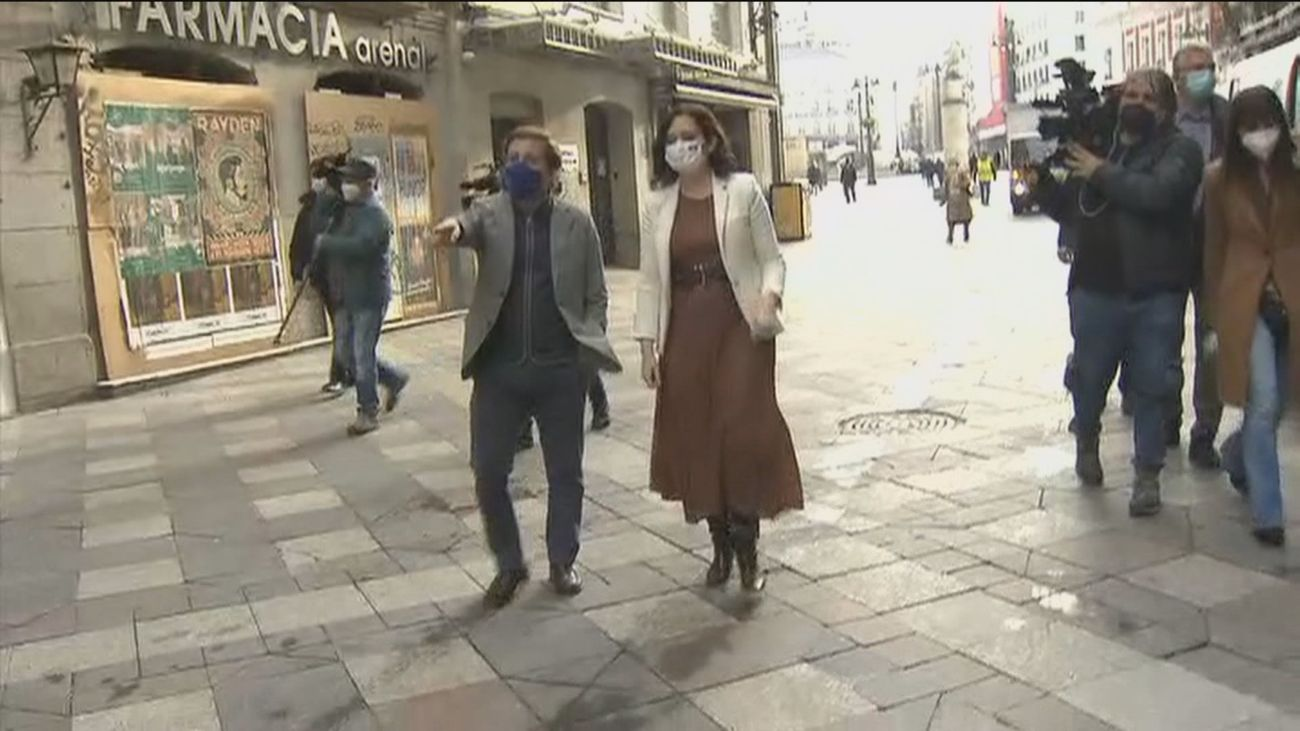 Ayuso y Almeida comprueban los destrozos de los violentos en Sol y muestran su apoyo a los comerciantes