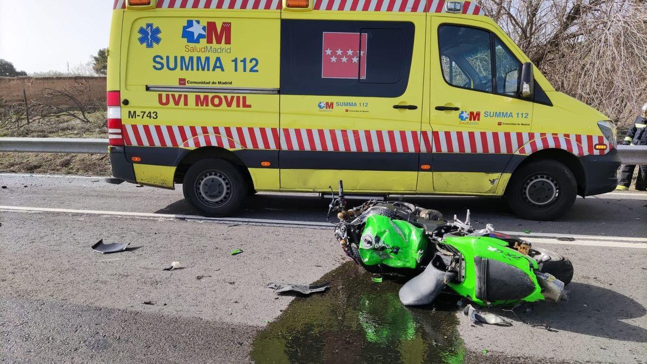 Motocicleta implicada en el accidente junto a la UVI del Summa112