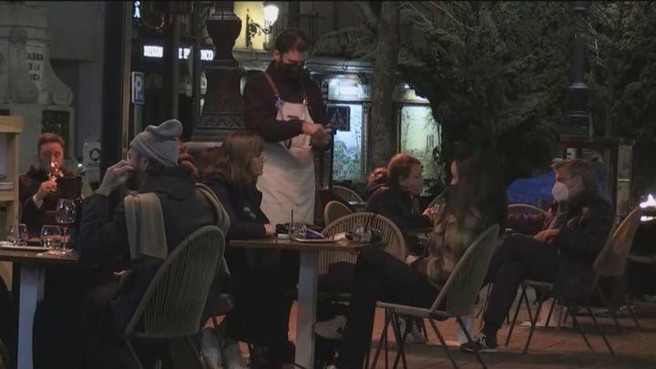 """Los bares y restaurantes de Madrid valoran como """"un respiro"""" poder servir cenas al tener una hora más"""