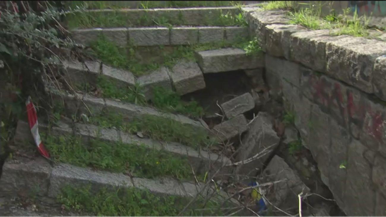 Vecinos de Entrevías denuncian el peligro de unas escaleras en ruina