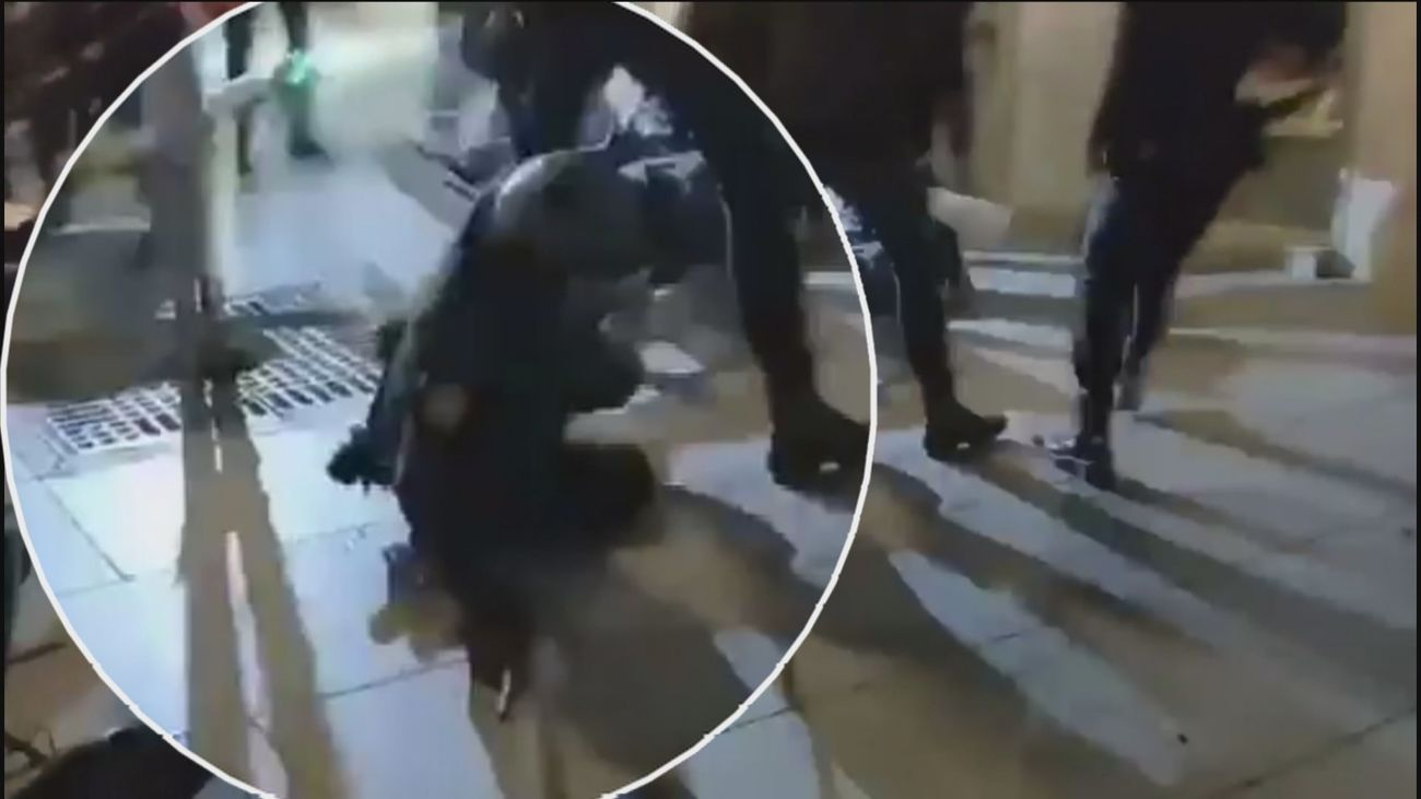 Acorralan a un grupo de antidisturbios en los altercados de Sol y lanzan un patinete