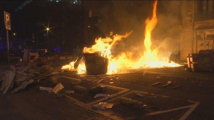 Piedras, barricadas y lanzamiento de objetos en otra violenta noche de altercados en Cataluña