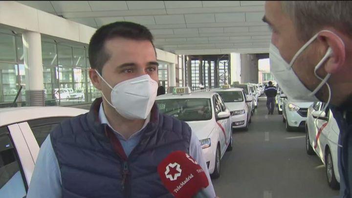Buena acogida entre los taxistas de Madrid del nuevo código de vestir que les 'uniforma' de oscuro