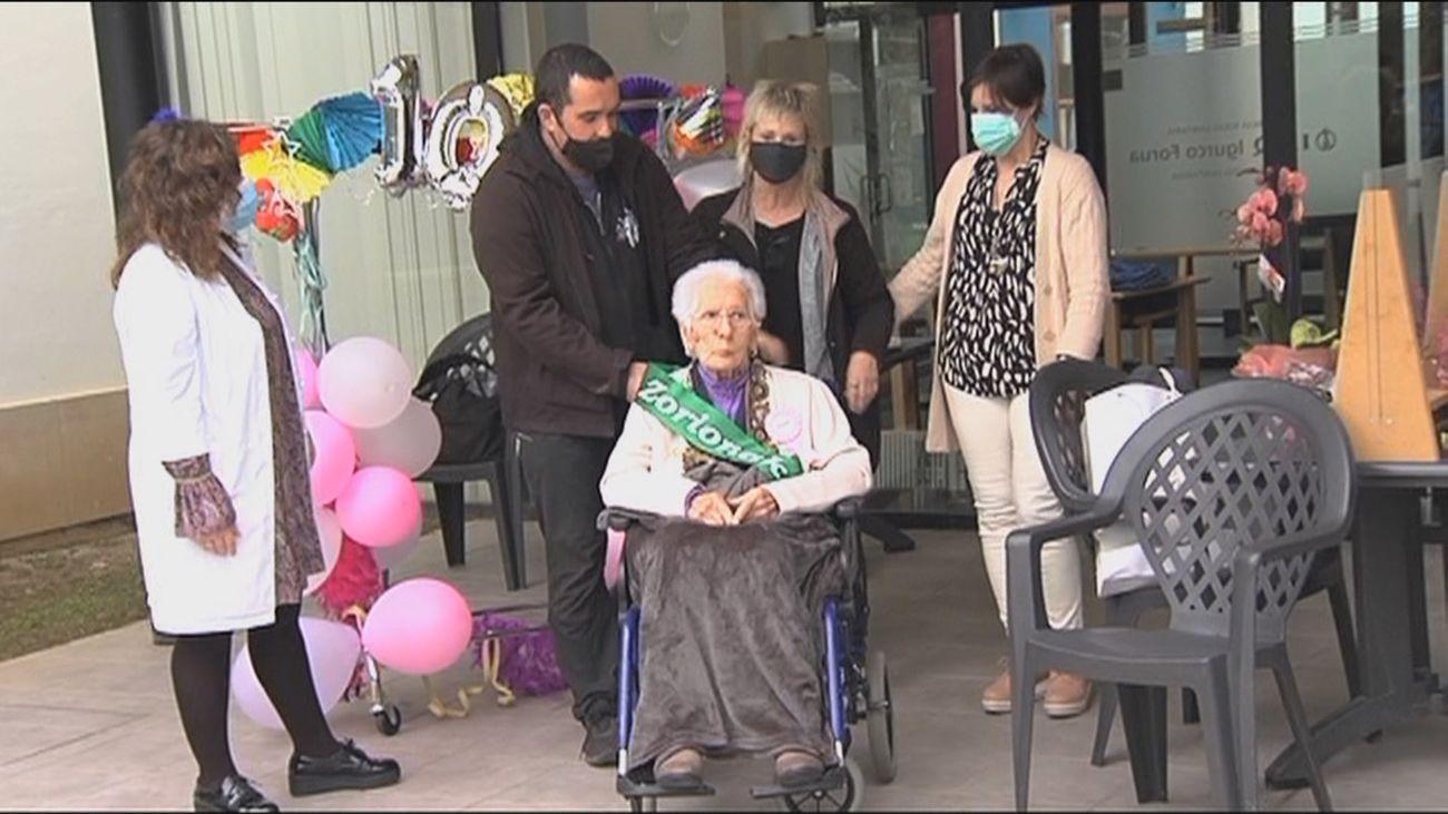 La abuela inmune de Ondarroa supera el Covid y celebra su 104 cumpleaños