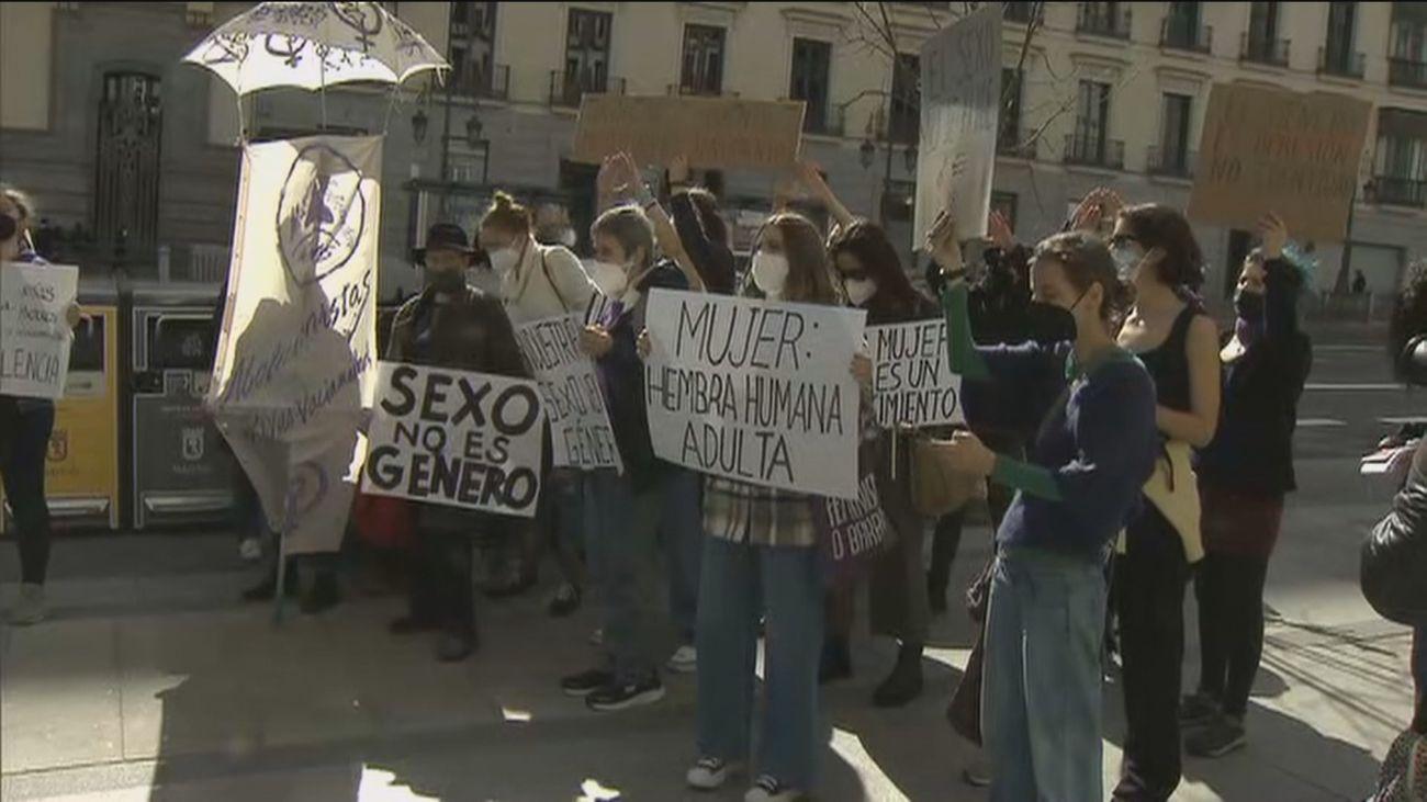 Varios colectivos feministas protestan frente al Ministerio de Igualdad por la Ley Trans y LGTBI