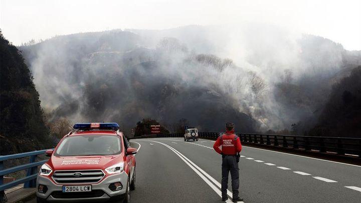 Se mantiene activo el  incendio de grandes dimensiones que afecta a Navarra, Guipúzcoa y Francia