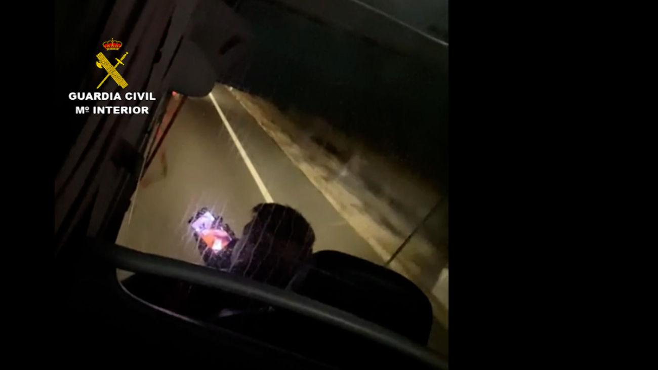 Denunciado un chófer de autobús por conducir  33 kilómetros hablando por el  móvil