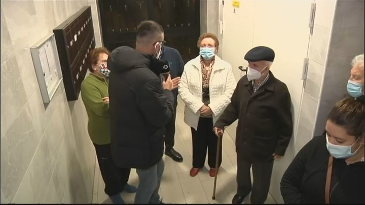 Los vecinos de un bloque en Puente de Vallecas llevan 2 años luchando para poner un ascensor
