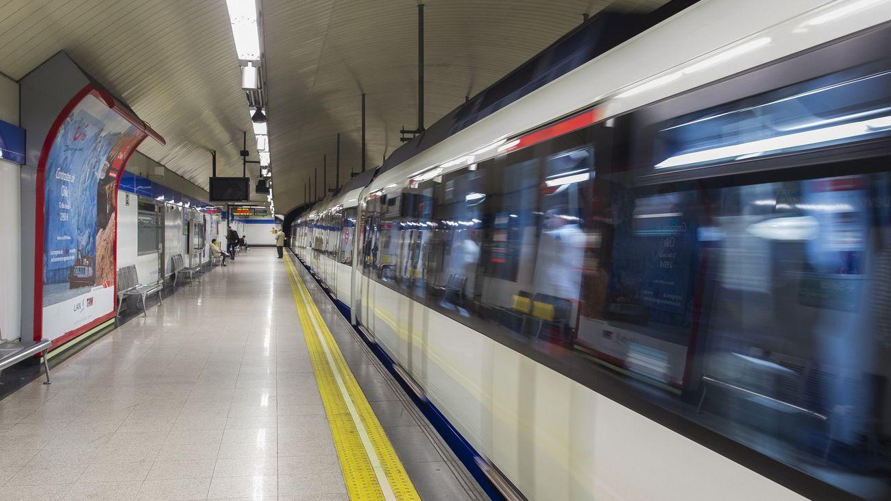 Tren partiendo de la estación de Nuevos Ministerios