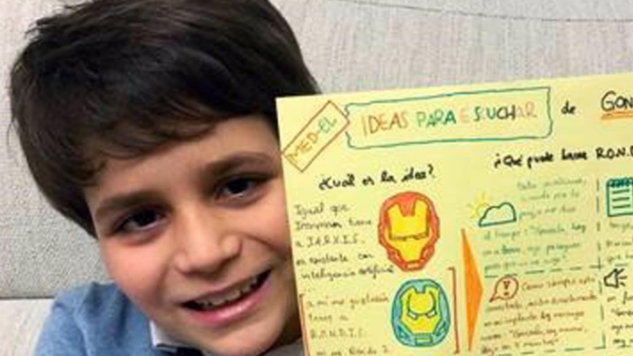 Gonzalo Zafra muestra su invento basado en un super héroe