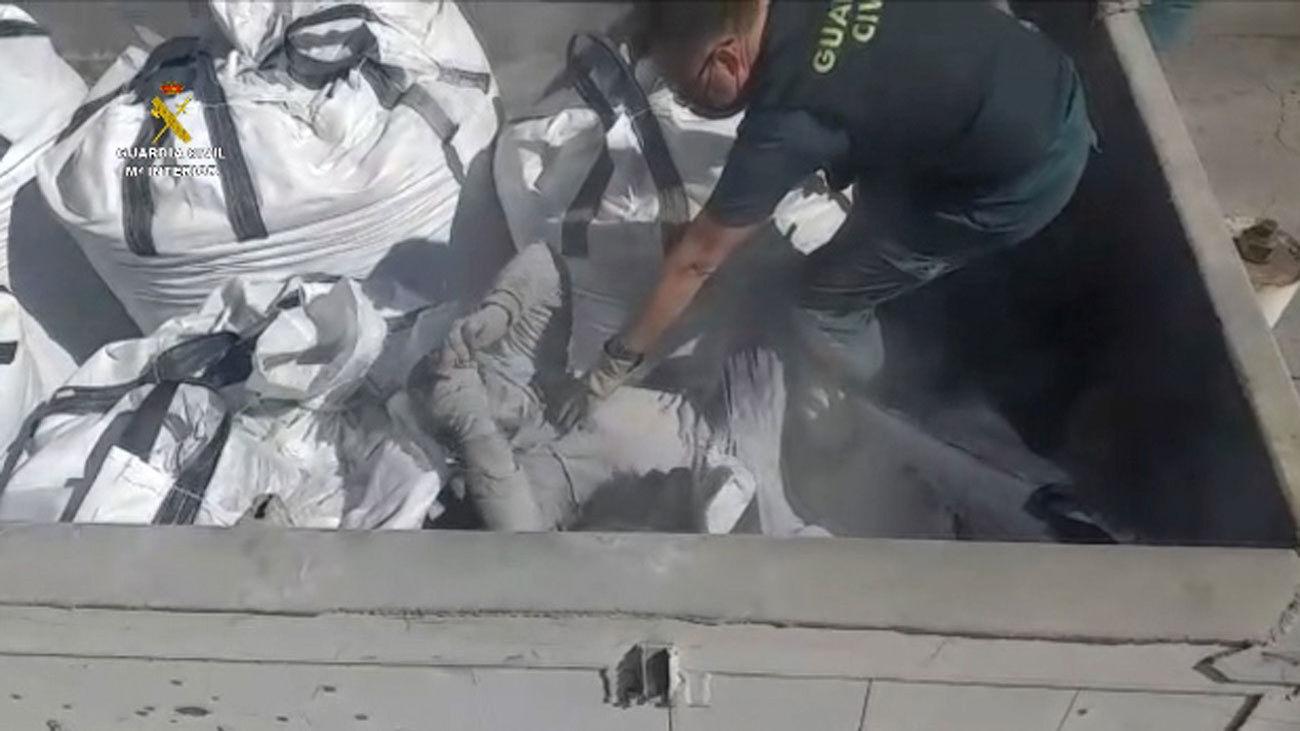 La Guardia Civil rescata a 41 personas en Melilla ocultas en bateas entre restos de vidrios y cenizas