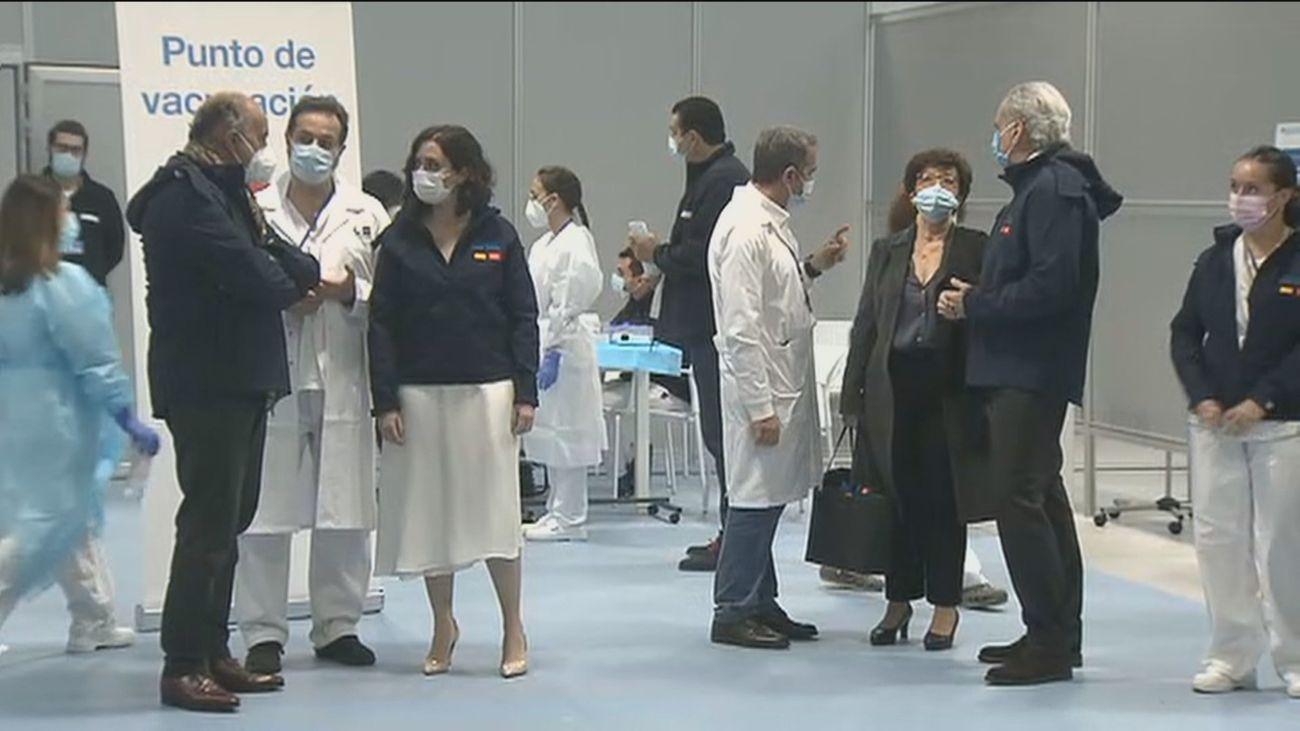 Los sanitarios comienzan a inmunizarse en el Zendal mientras se anuncia la vacunación masiva para abril