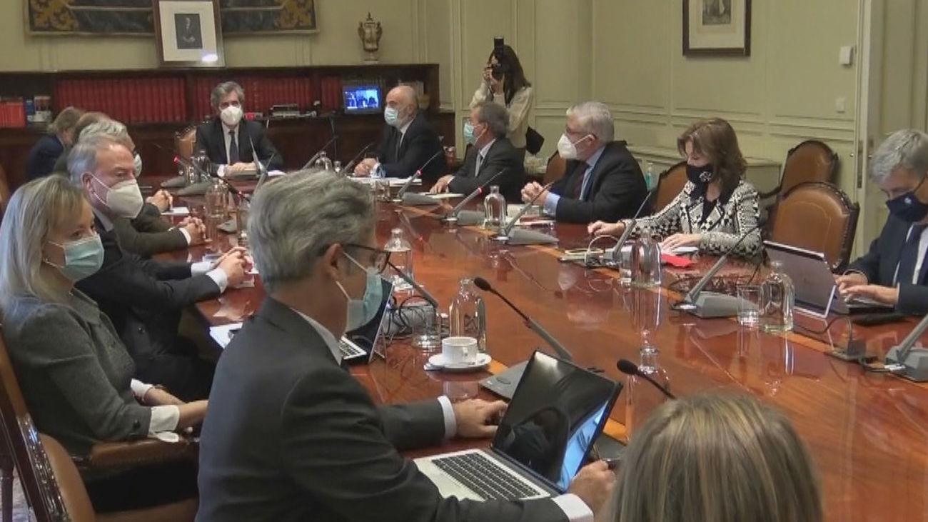 Sánchez, Casado y Lesmes coinciden en el acto del 23-F en plena negociación del Poder Judicial