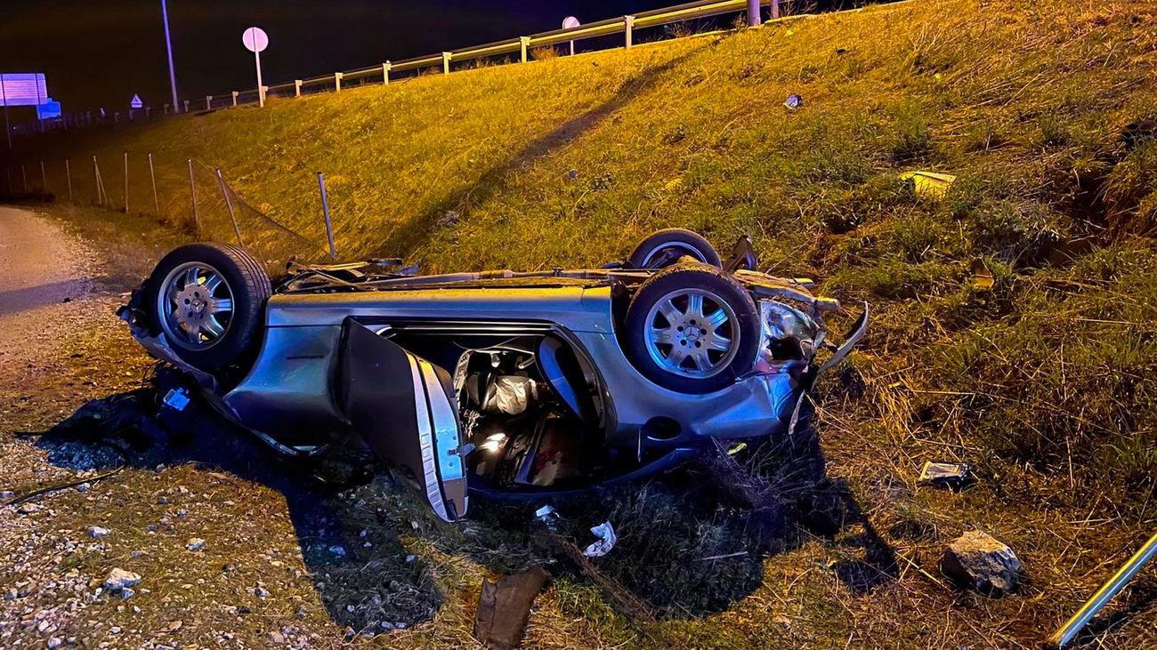 Muere un hombre de 57 años al atravesar su vehículo una rotonda en Soto del Real y volcar