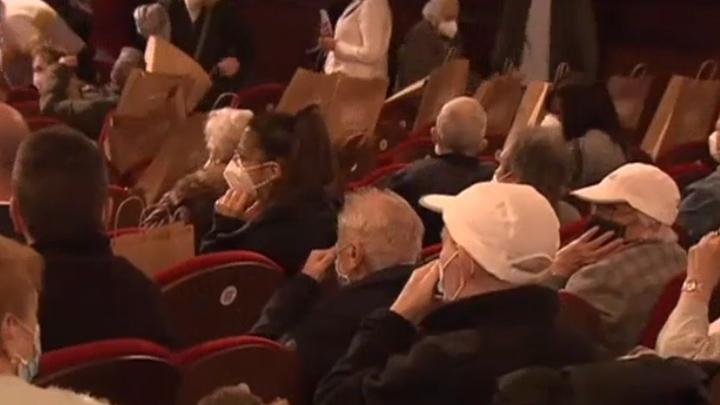 Mayores vacunados en Madrid acuden a una función de teatro en la Gran Vía