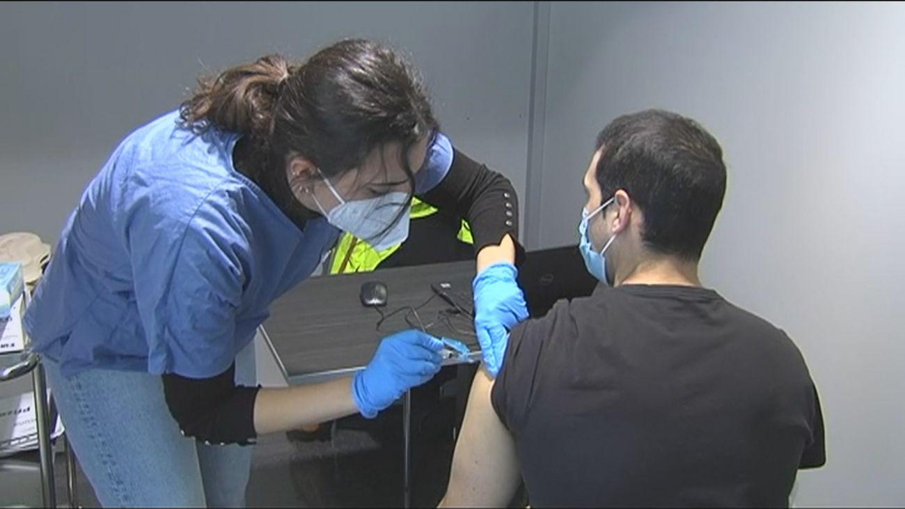"""Galicia aprueba la primera ley que multará a aquellos que no se vacunen contra el covid """"por negativa injustificada"""""""