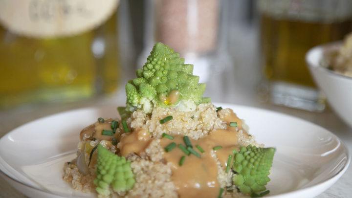 Así se prepara el Romanesco con crema portobello sobre quinoa