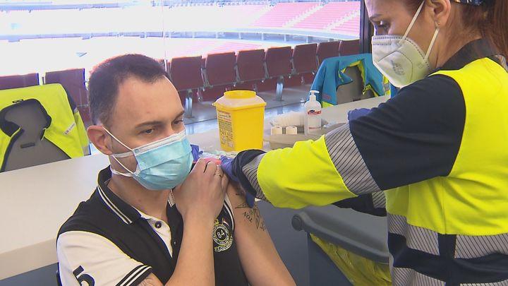 El Wanda y administra cien vacunas cada hora y mil al día a policías y bomberos